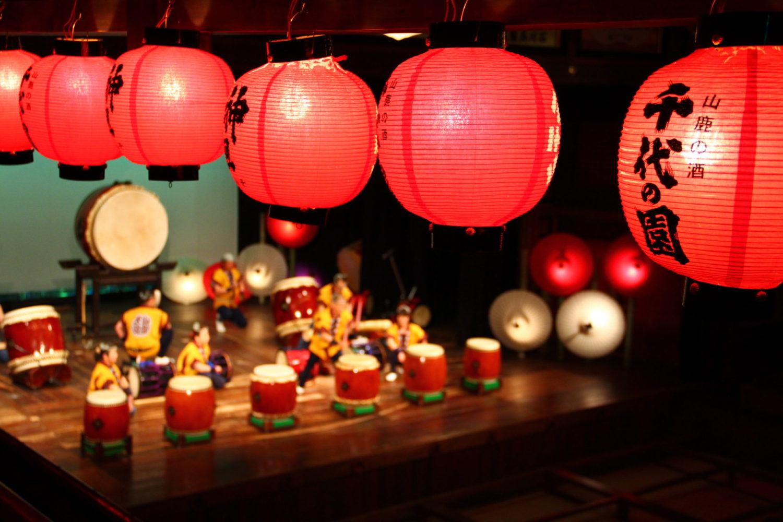 ようこそ、山鹿温泉へ___。  今から約百年前、西日本随一の和傘の大産地であった山鹿温泉。  その往時の風景を想いながら、地元のみんなで手作りしたお祭りです。